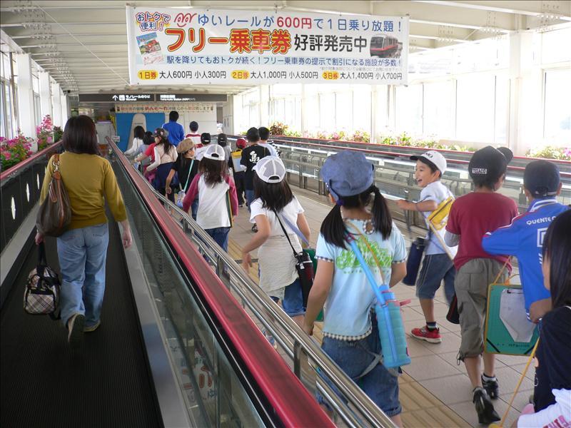 歡欣鼓舞的日本小孩和老婆的背影 年紀小的用跑的 年紀大的用走的還要加電動步道