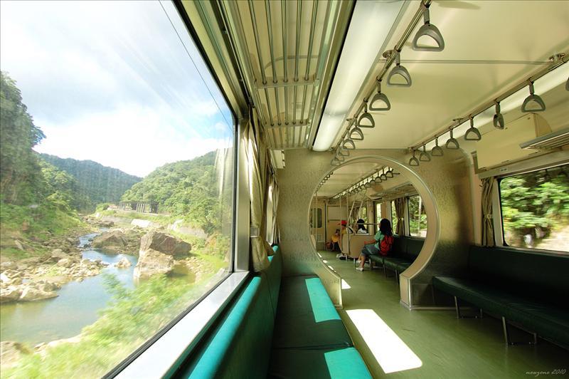 瑞芳火車站搭區間車至十分