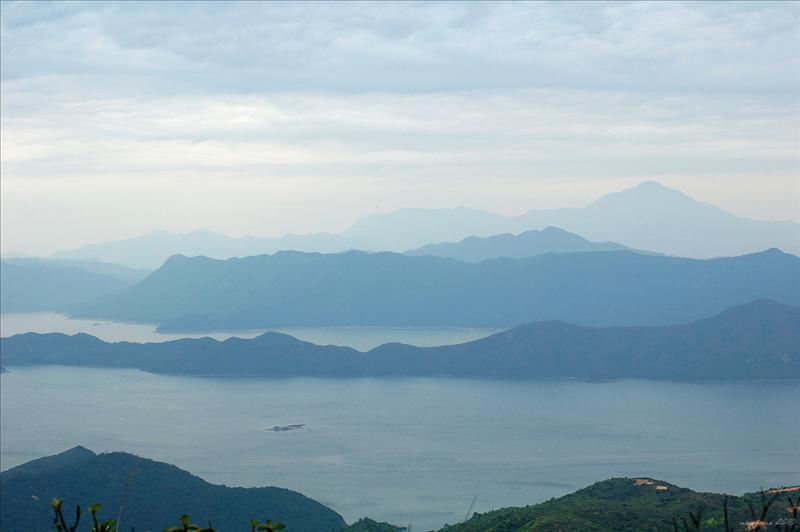 遠眺船灣淡水湖群山