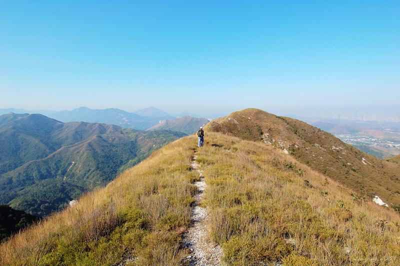 沿山脊的山徑前往白燕岩