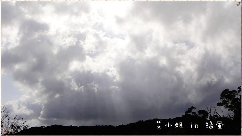 厚雲灑下的陽光