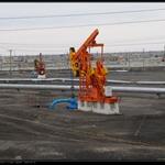 克拉玛依油田采油机——磕头机。据说每磕头一次利润5元,整个油田密密麻麻的在不分日夜地工作……