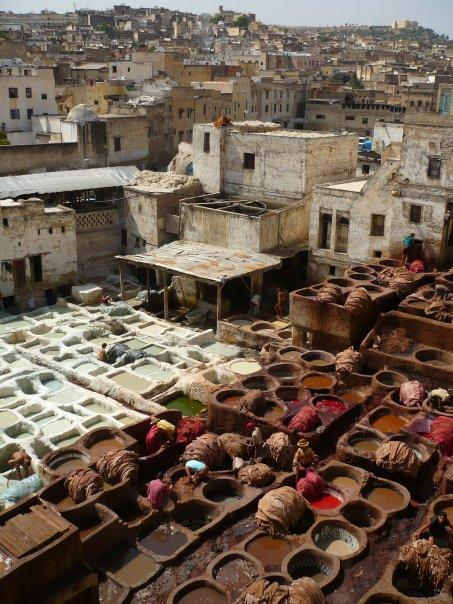 Atelier de peaux, cuirs (les hommes s'installent dans les cuves pour retirer les peaux colorées à base de matériaux naturels).