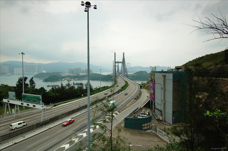 近賞斜拉式汲水門大橋