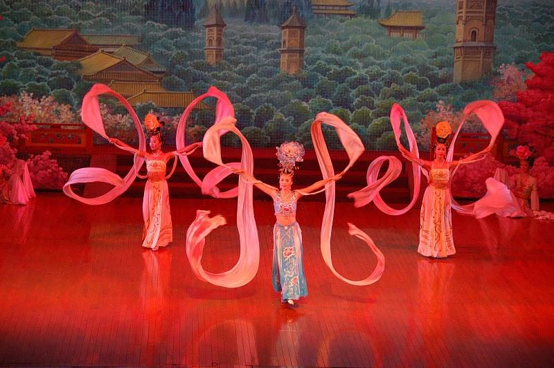 the stage opera show of the Tang Dynasty after dinner ( 餃 子 宴 + 唐 樂 舞 表 演 )