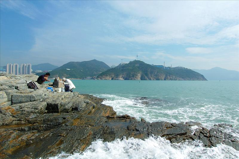 鴨利咀遠眺海洋公園懸崖下的海蝕洞