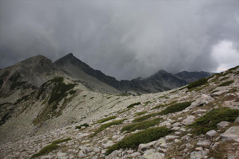 Бъндеришки чукар и Дончови караули, прегърнати от облаците.