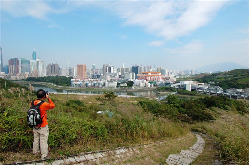 上少少經已可以睇到羅湖口岸及深圳河 Luohu Port and Sham Chun River