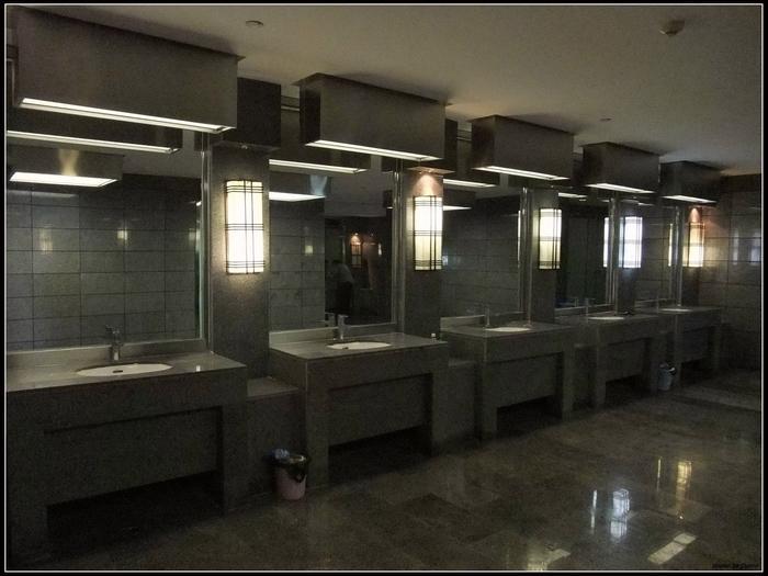 看看這個廁所