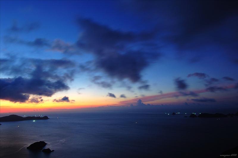 左邊的火石洲和右邊的果洲群島,前景則為大癩痢及癩痢仔