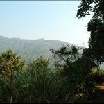 DSC_0033 右邊隔著山谷便是牛耳石山, 圖中為其中一條登山捷徑.jpg