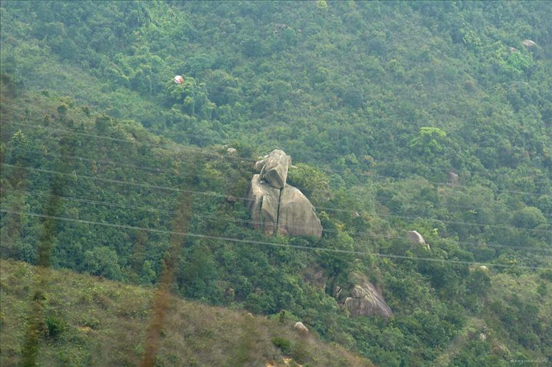 山脊右下方的將軍石