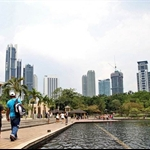 widok na park przed Petronas Towers