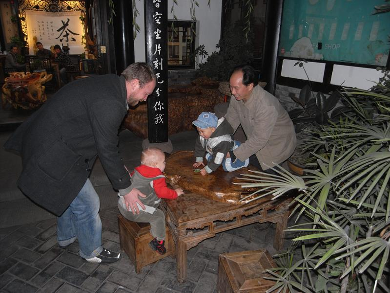 henrik playing in wenshu old quarter, chengdu