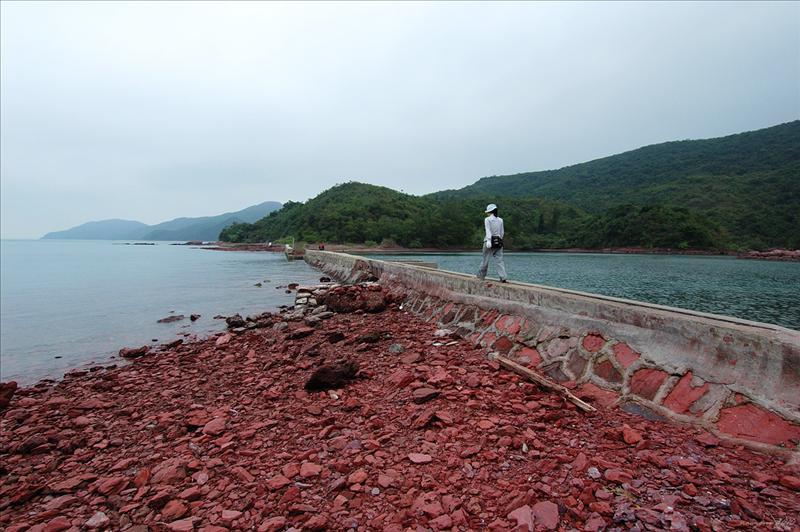 乾門咀海邊石堤閘水的堤壆 Keen Mun Tsui
