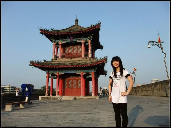 我在西安城牆上(為何駝背了!)