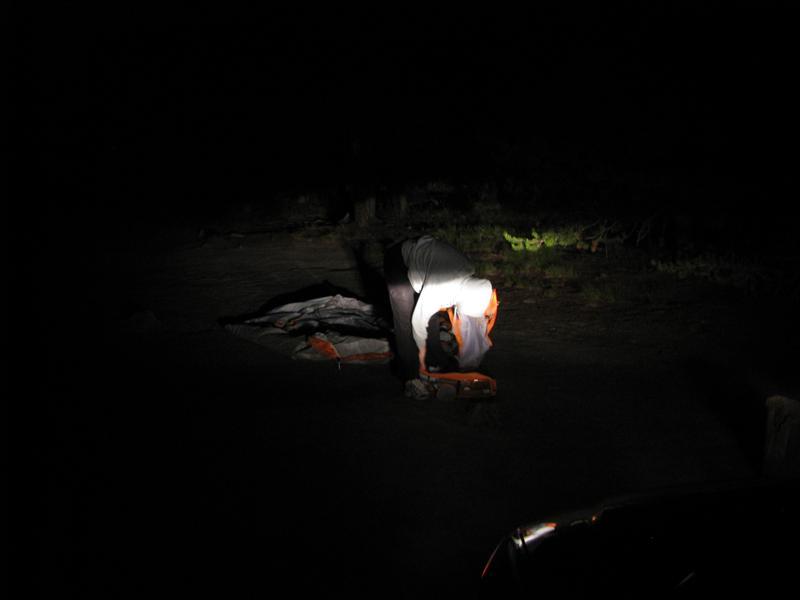 tentje opzetten in donker bij onze nieuwe kamping