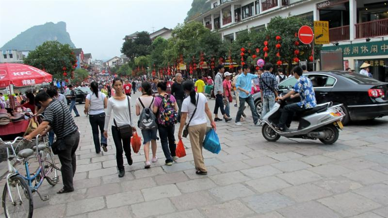 "Yangshuo ( 陽 朔 ) --- colorful and busy "" West Street "" ( 西 街 )"