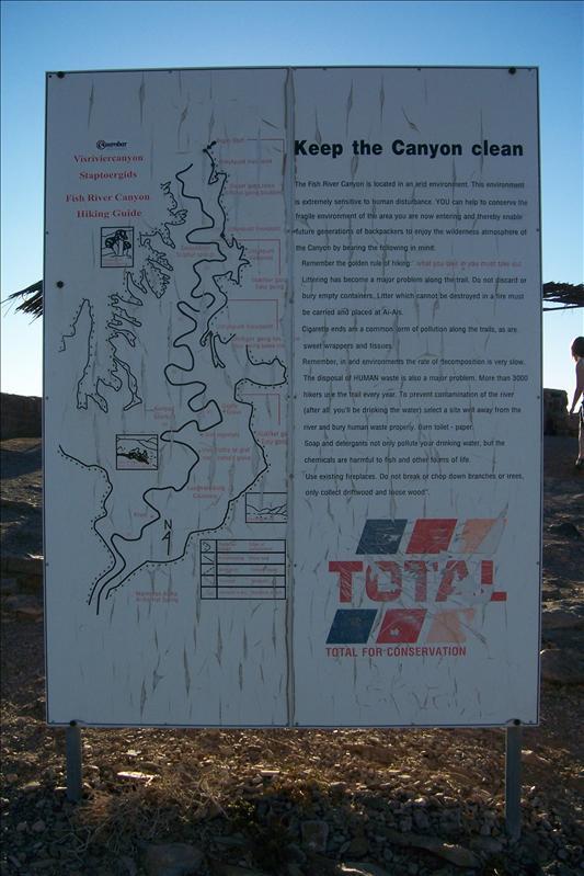 panneau d'avertissement pour la propreté du sité sponsorisé par Total (paradoxal!!)