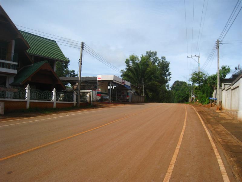 猛納村的街道
