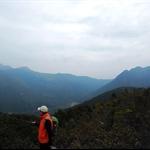 右邊的是梅子林及石芽山北脊