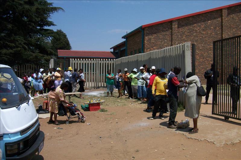 people waiting for the government benefit / attendant les différentes pensions versées par le gouvernement