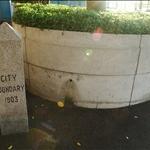 DSC_7887 西寧街公園內的維多利亞城界石.jpg