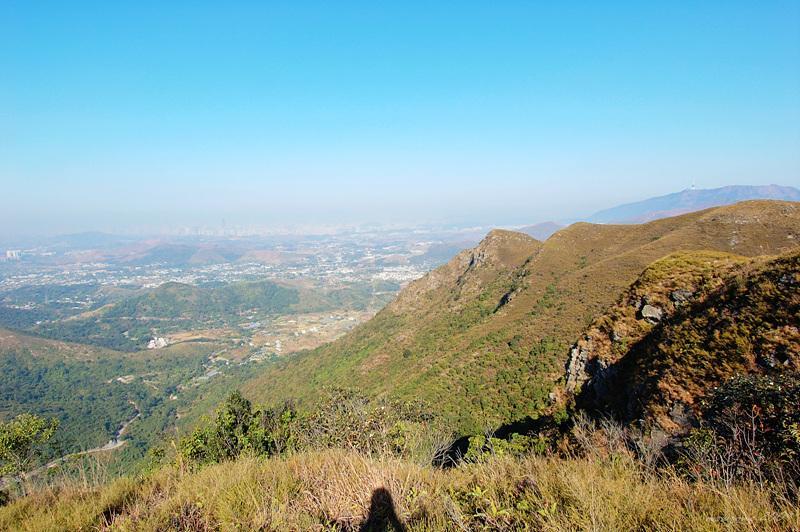 北望南山陡崖及遠處的見丹竹坑平原