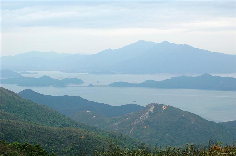 雞麻峒及遠處的船灣淡水湖