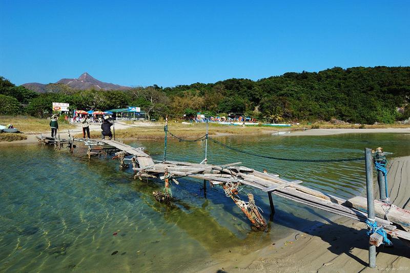 鹹田灣沙灘的獨木橋