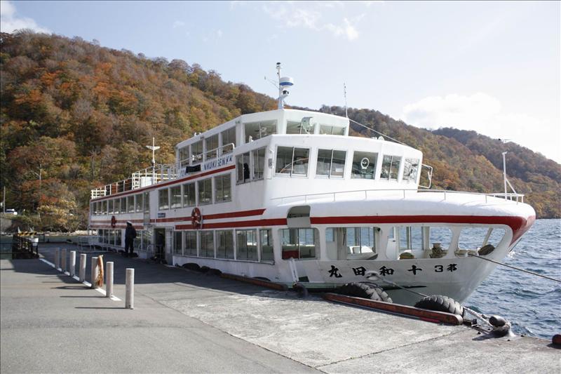 由子ノ口搭十和田湖遊覽船到對岸休屋要50分鐘  一路上依舊美死人了