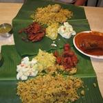 Banana Leaf- słynna potrafa hinduska na liściu bananowca- Pycha. Ryż gotowany na parze z kurczakiem, za sałątka warzywna, żółty groch, smarzone banany w czerwonej przyprawie i ryba