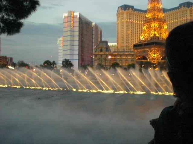 Oooh... PRETTY!  Bellagio fountains