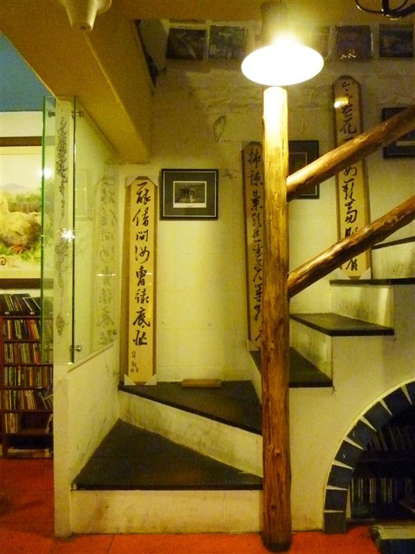 連樓梯間都有字畫 師大好威~.jpg