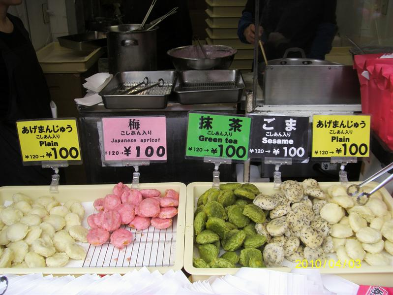 很多人買ㄉ小吃...應該是炸麻糬之類ㄉㄅ