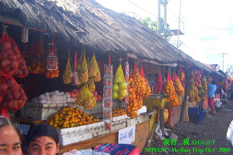 马达山土著人摆水果档