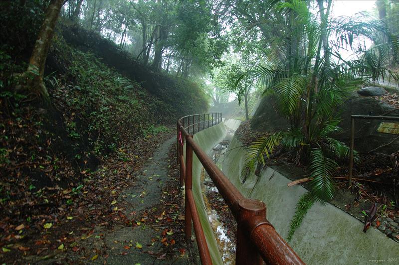 沿引水道前行入石坑圍