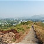DSC_9719 回望上萬里長城的舊軍車路及長山和較遠的和徑山.jpg