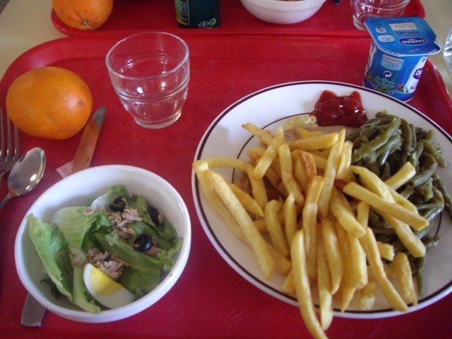學生餐廳2.85歐    主菜是豬排(被蓋住了)