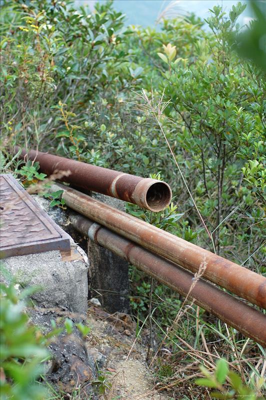 沿金馬倫山東脊引水道下降中峽亭