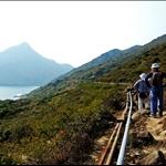 DSC_2100 跟著沿山腰而建的輸水管旁山徑直往蚺蛇灣.jpg