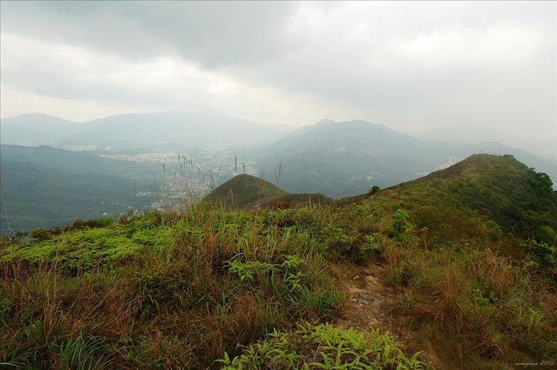 沿山脊向西面三百六十米高大嶺前進