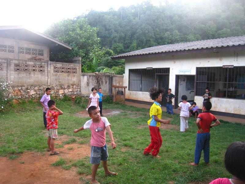 活潑的學生正在草地上玩樂