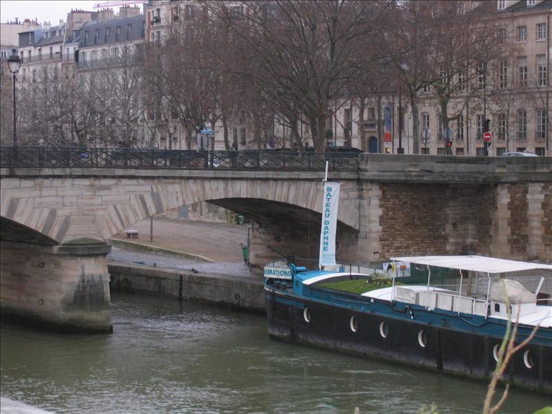 巴黎圣母院旁街景