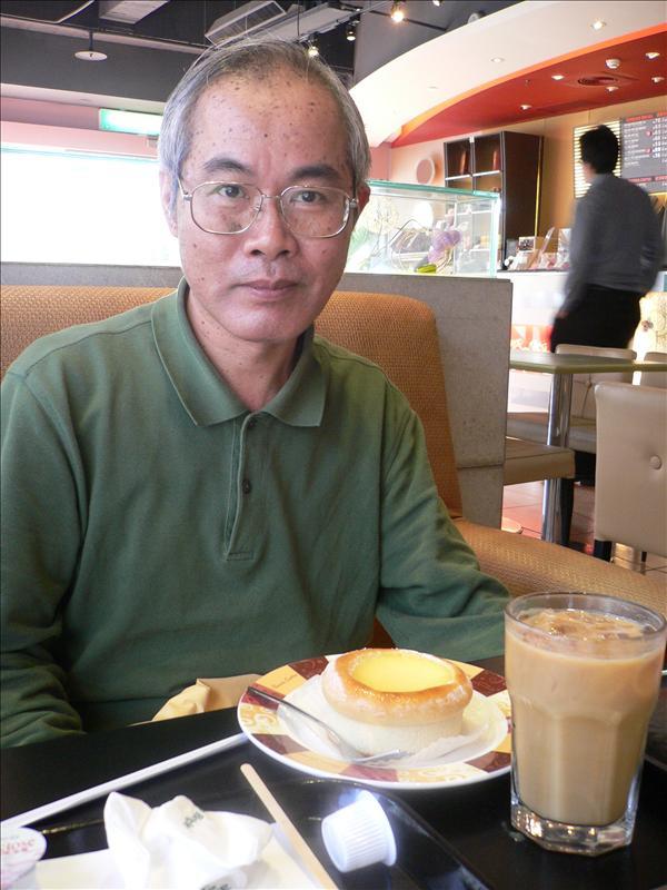 再過幾天就是老何生日, 壽星請我們到竹北丹堤喝下午茶, 感謝啦! 祝您老人家, 福如東海, 壽比南山, 呷嘎霸哩!