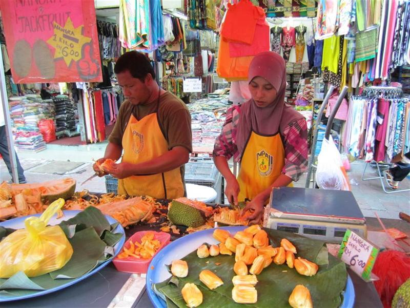 Tzw. Jack fruit, w wolnym tłumaczeniu Owoc Jacka :) Bardzo dobry, chociaż ogromny (jadalna częś to te malutkie żółte elementy .)