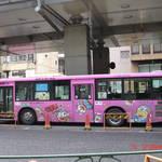 六本木路上的小叮噹公車。