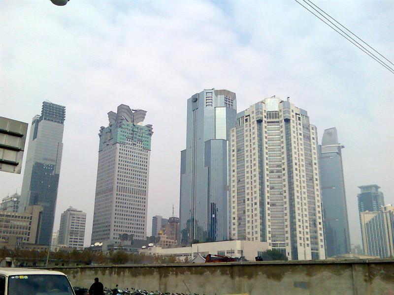从常德路上看南京西路上的写字楼群