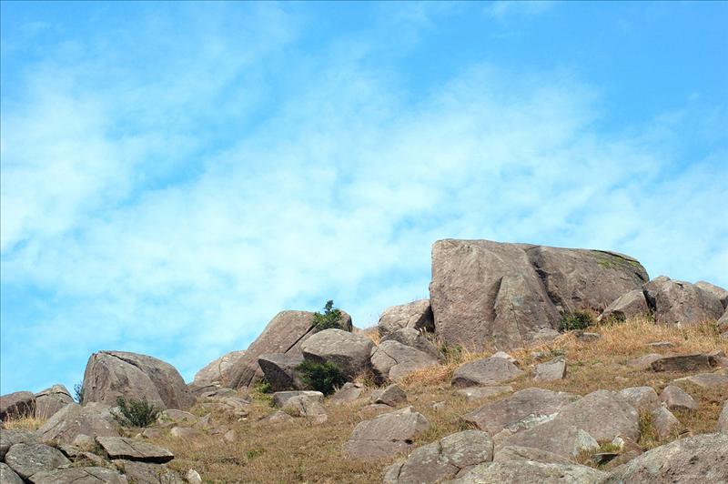 妙高台(假大霧)落響石墳場的山徑旁邊有不少大石群