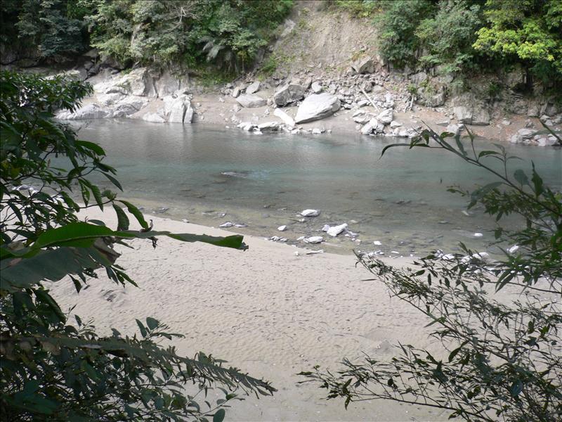枯水很嚴重  都見到河床了